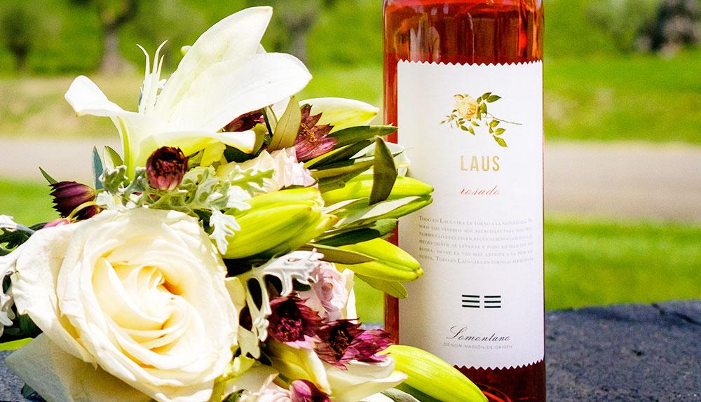 flores y vino para celebrar el dia de los enamorados